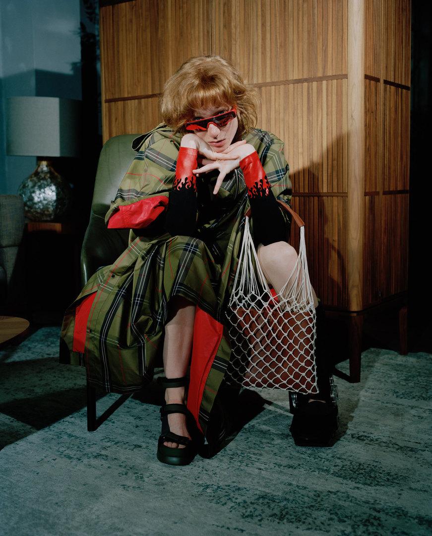 Очки Balenciaga, лонгслив Vision of Super, пальто forma, обувь Camper, сумка Gate31.  Ceccotti, бар Never Full HighWittmann, кресло Mono highbackJan Kath, ковер Artwork