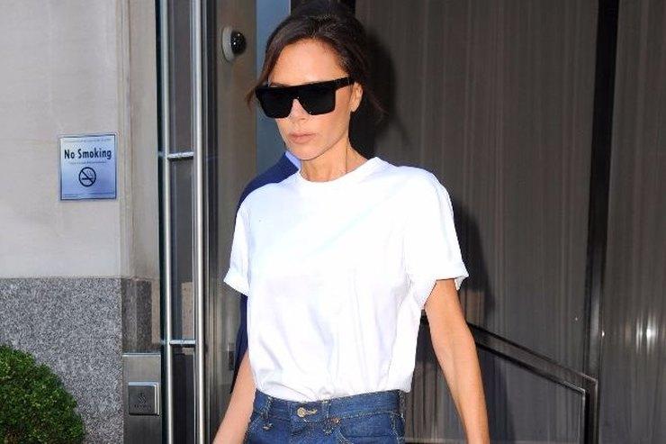 Все гениальное — просто: Виктория Бекхэм надела футболку иджинсы наНеделю моды