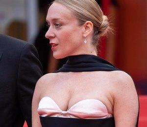 Хлои Севиньи в платье с экстравагантным декольте позировала в Каннах