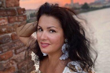 Анна Нетребко сделала эффектное фото улегендарного театра, но внимание поклонников привлекла только ее сумка