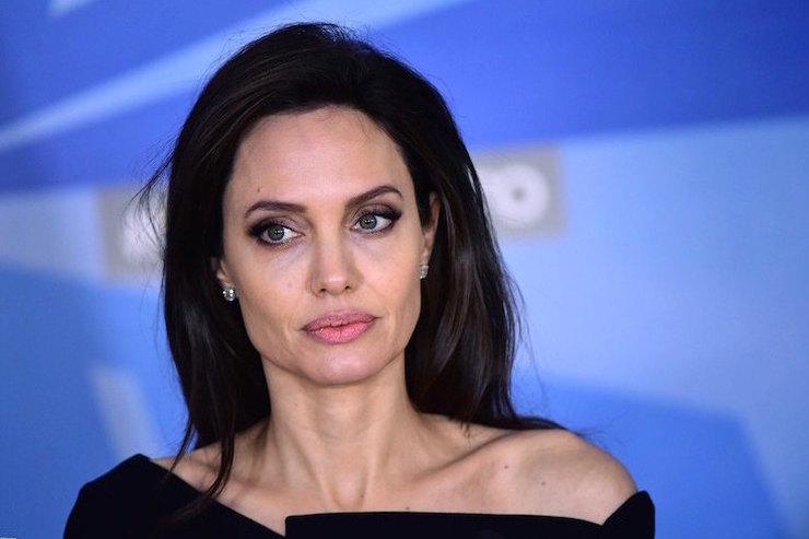 Анджелина Джоли работает наизнос, чтобы недумать опроцессе развода