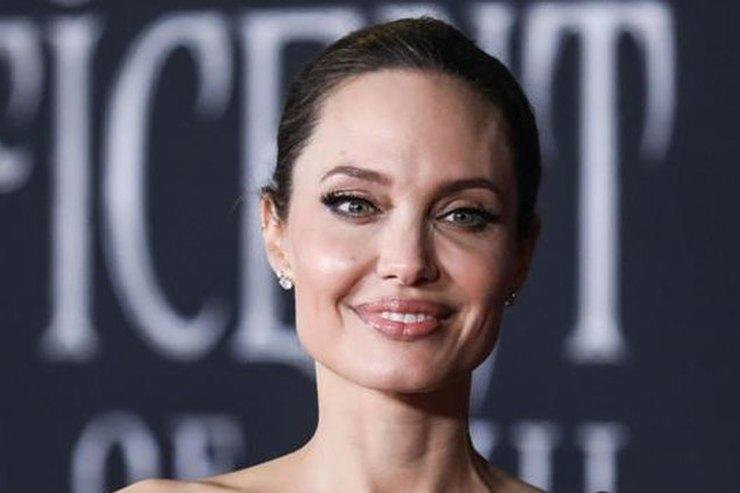 Анджелина Джоли снялась обнаженной дляобложки глянца