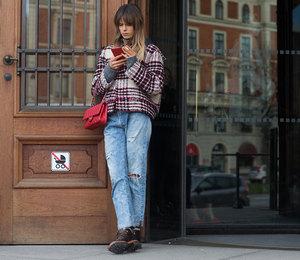 Как носить модные джинсы-бойфренды зимой, чтобы не казаться полнее: 5 способов