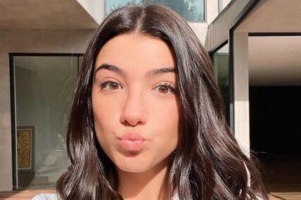 16-летняя Чарли Дамелио стала первой звездой Тиктока со 100 миллионами подписчиков, но из-за этого оказалась вцентре скандала