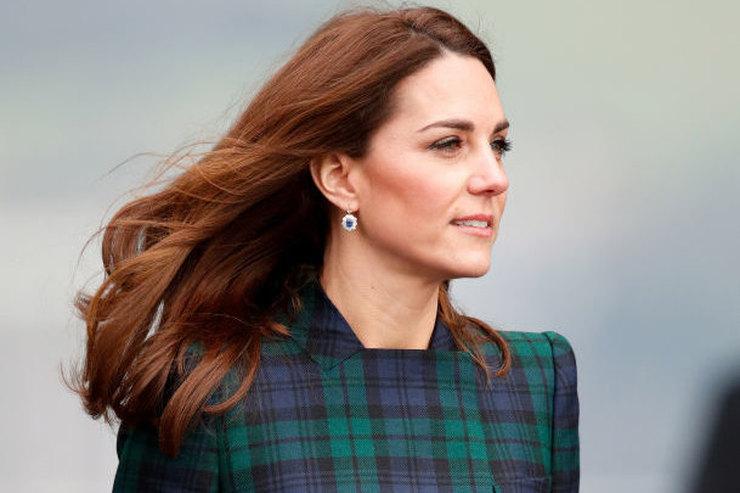 Кейт Миддлтон вышла всвоем любимом пальто ис любимой сумкой Елизаветы II