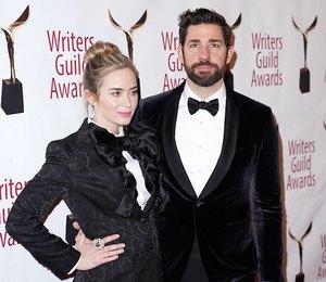 Эмили Блант в черном смокинге с огромным бантом пришла на премию с мужем