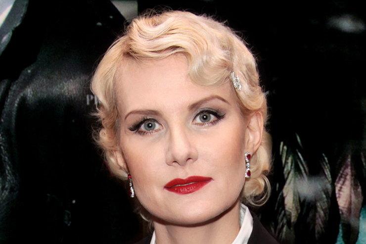 Рената Литвинова подчеркнула бледное лицо алым пальто