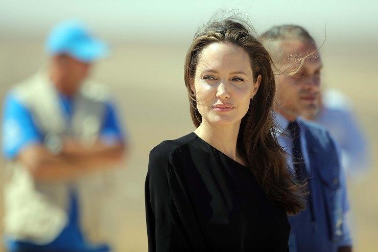 Леди вчерном: Анджелина Джоли отправилась ввоенный магазин смладшим сыном