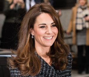 Кейт Миддлтон в твидовой мини-юбке вышла в свет в Лондоне