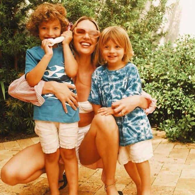 Кэндис Свейнпол с сыновьями