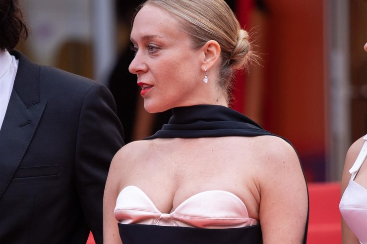 Хлои Севиньи вплатье сэкстравагантным декольте позировала вКаннах