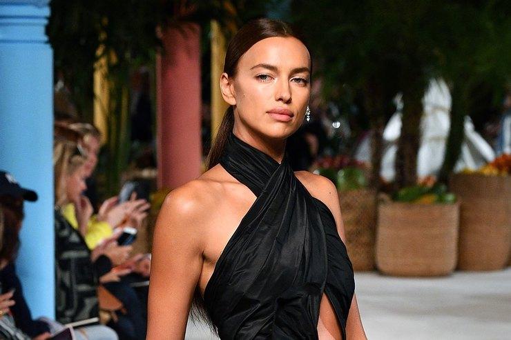 Ирина Шейк вкутюрном платье соткрытой спиной прошлась поподиуму