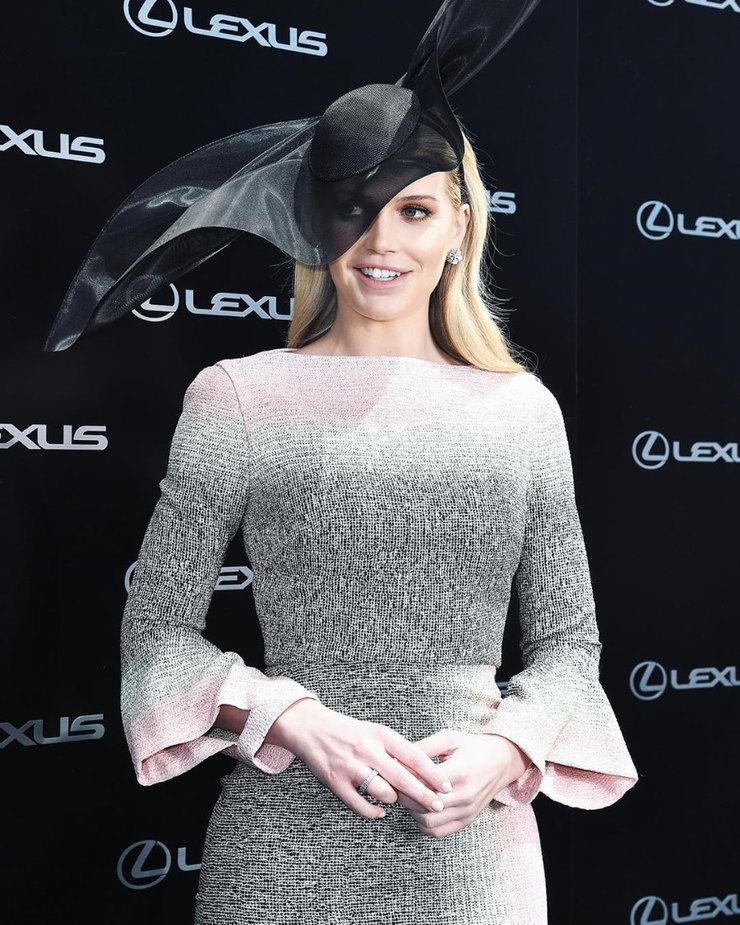 Китти Спенсер воригинальной шляпе нагонках вМельбурне