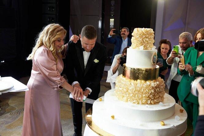 """Надеемся, что Елена Малышева прокомментировала размер торта любимой фразой: """"Это норма!"""""""