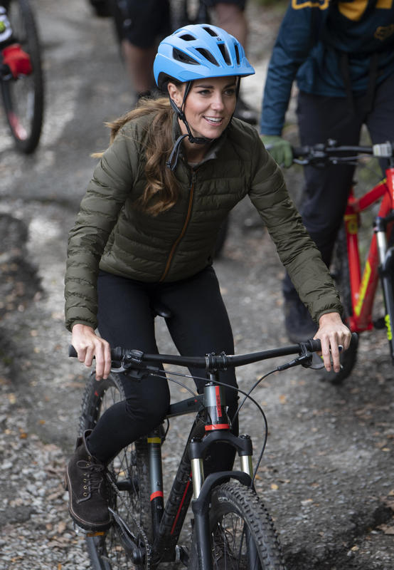 Кейт Миддлтон катается на велосипеде