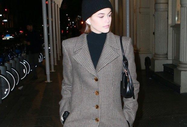 Кайя Гербер нашла пальто, которое легко может сойти зажакет