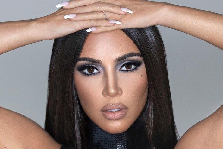 Ким Кардашьян позировала вэффектном корсетном топе спряжками
