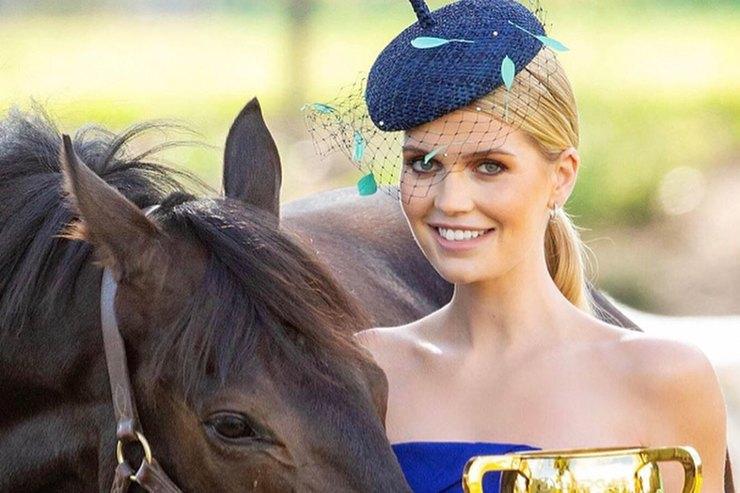 Китти Спенсер вплатье собнаженными плечами позировала сконем вМельбурне
