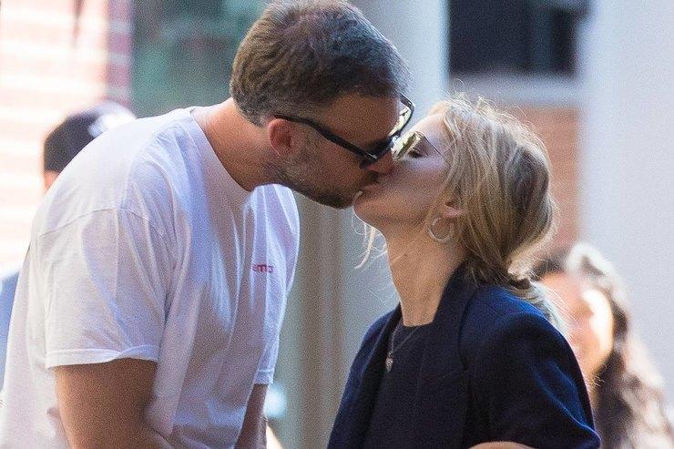 Дженнифер Лоуренс страстно поцеловала мужа напублике