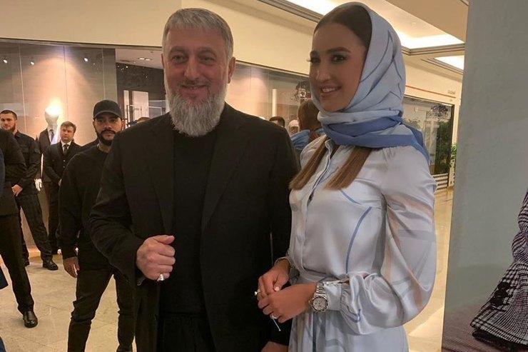 Ольга Бузова сменила привычные откровенные наряды наскромное платье