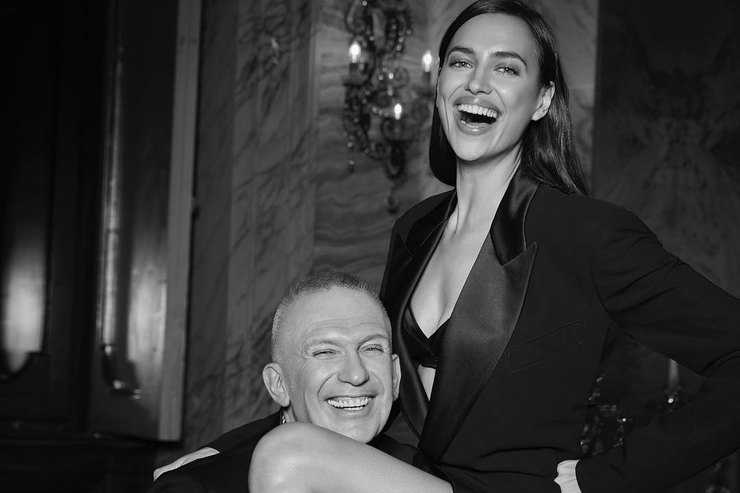 Ирина Шейк показала себя вшелковом одеяние Versace