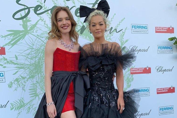 Наталья Водянова иРита Ора вэффектных нарядах побывали нагала-ужине