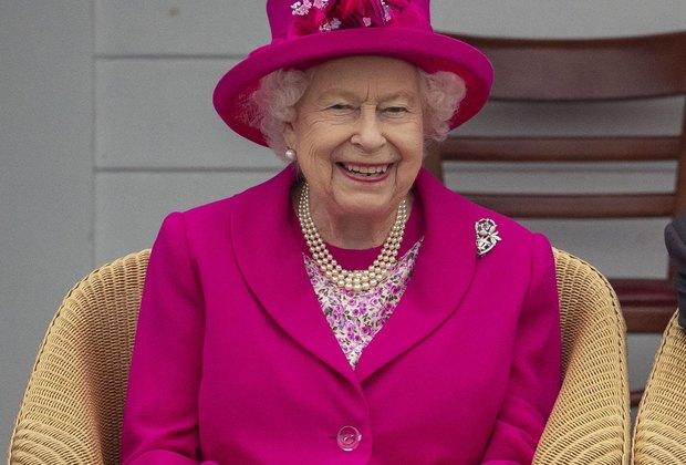 Елизавета II угостила британских женщин чаем итостами вБукингемском дворце