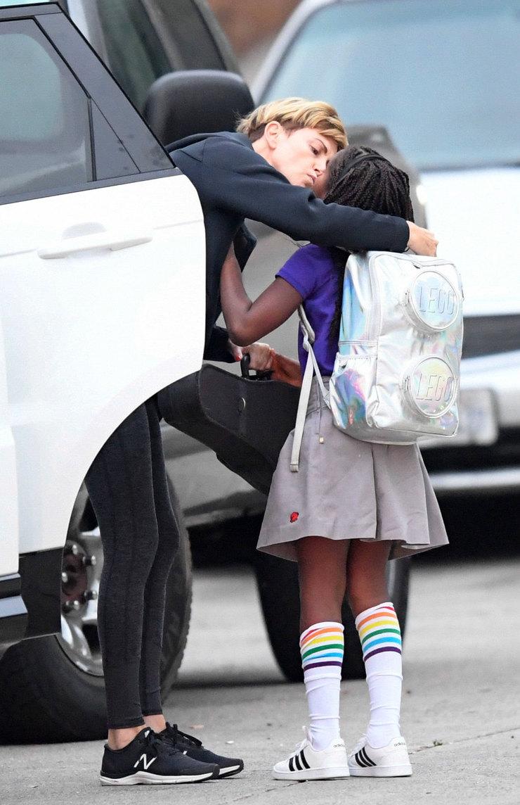 Шарлиз Терон целует сына передотправкой вмузыкальную школу