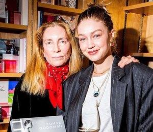 Джиджи Хадид пришла наавтограф-сессию вкостюме российского бреда Lesyanebo