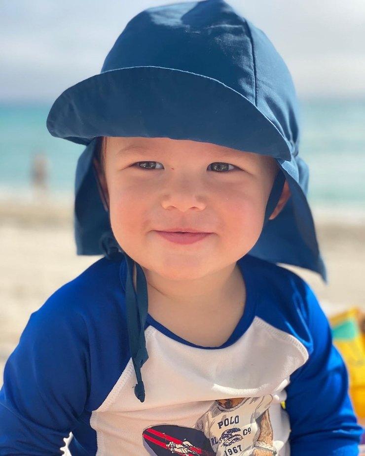Звездная мать сфотографировала сына напляже