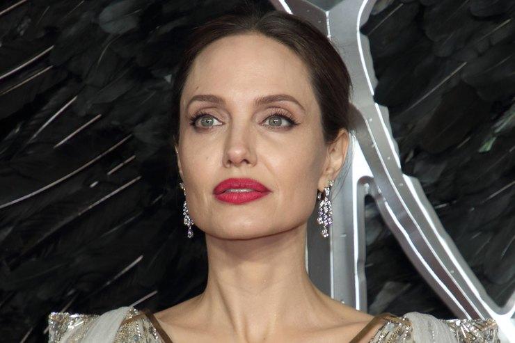 Анджелина Джоли влегком белом платье сводила детей вмагазин уцененных вещей