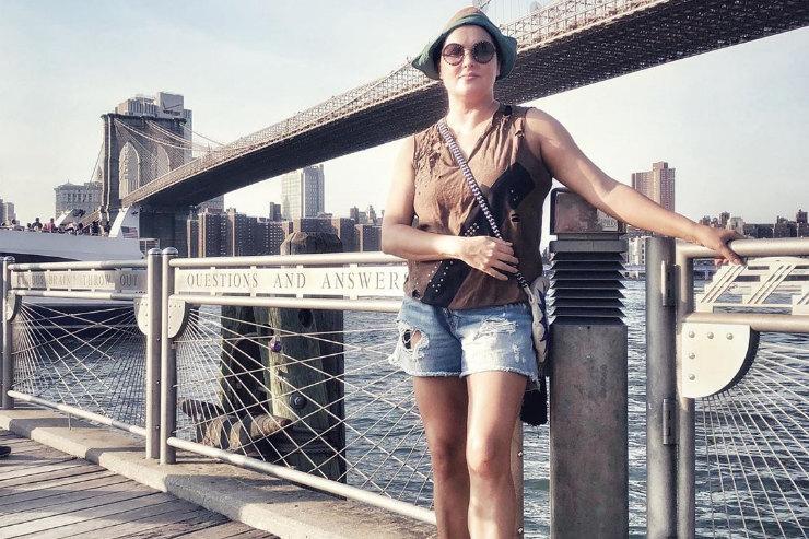 Анна Нетребко впиратской панаме ирваных шортах показала стройную фигуру