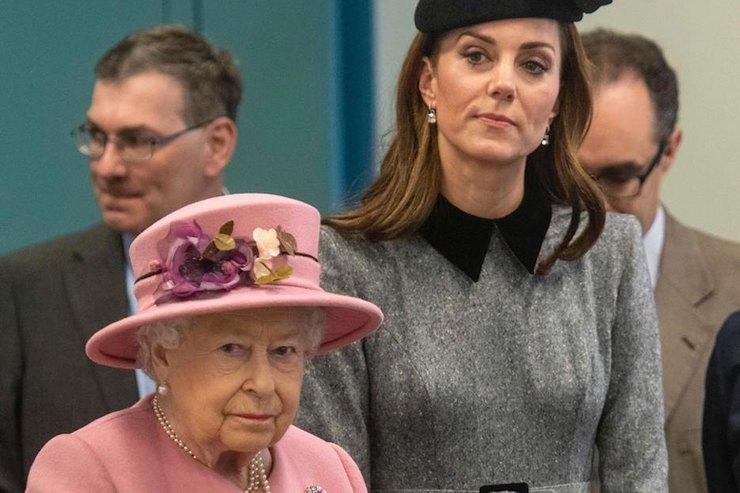 Язык жестов выявил отношение Елизаветы II кКейт Миддлтон