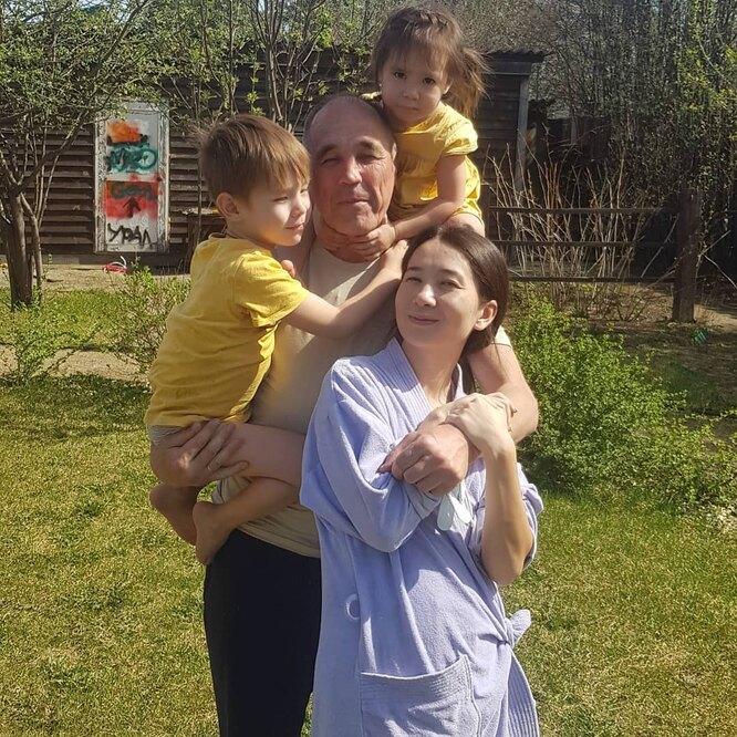Дмитрий Соколов с женой и детьми