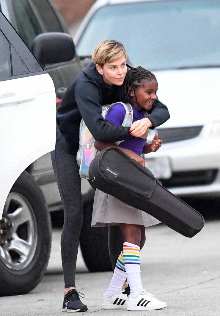 Шарлиз Терон нежно обнимает сына-трансгендера