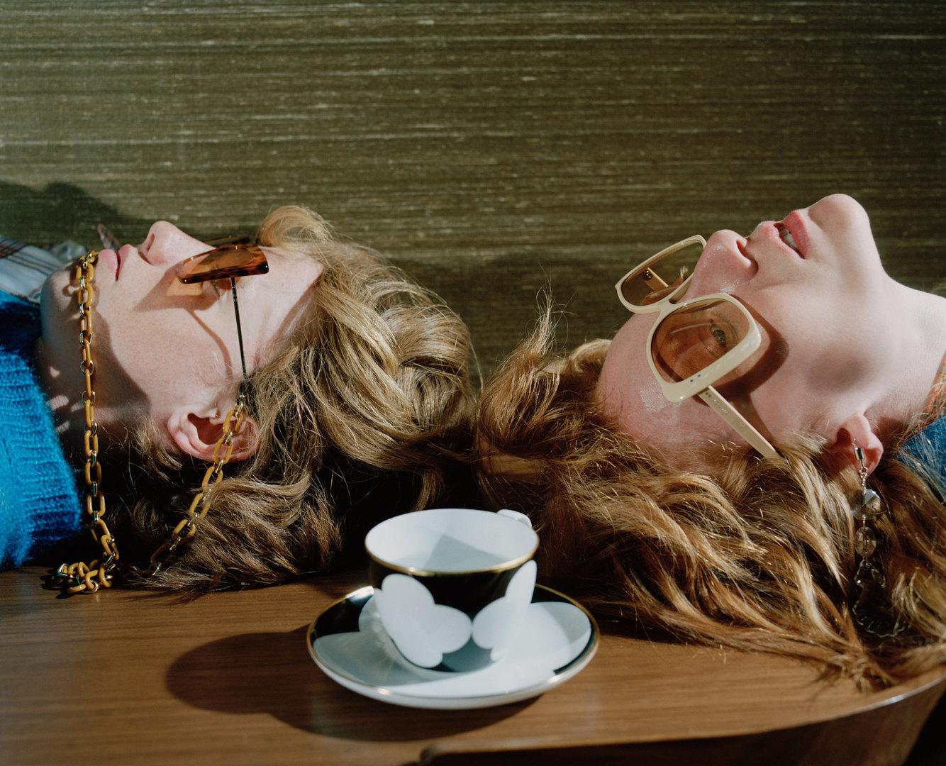 Свитер Walter Van Beirendonck, очки Gucci, цепь Ronda Очки Gucci, серьга MM6 Maison Margiela.  Fürstenberg, чайная чашка сблюдцем My China