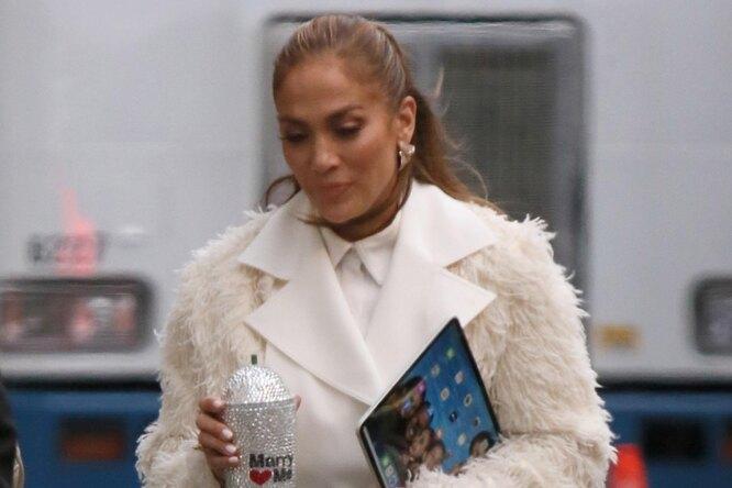 Дженнифер Лопес показала, как стильно сочетать меховое пальто ибосоножки