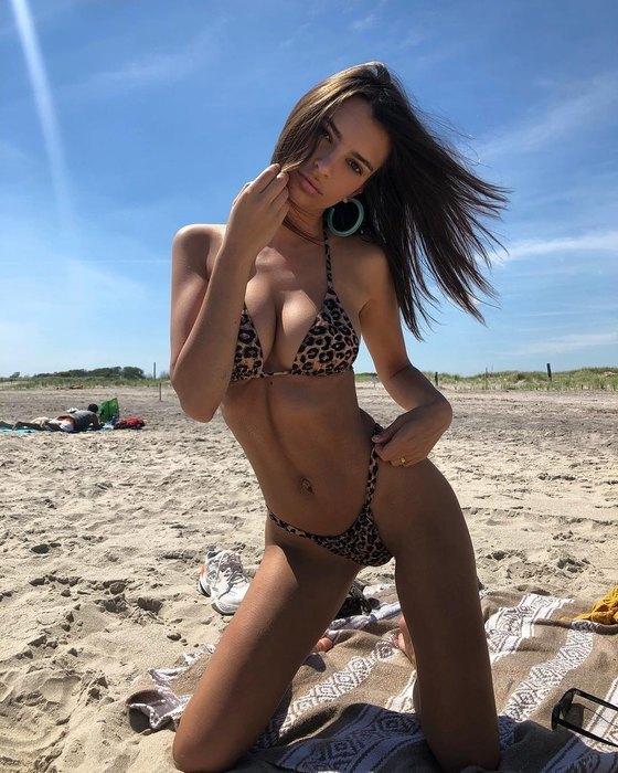 cd296eb549574 А вот в случае с верхом бикини девушка, напротив, выступает за  разнообразие: в пляжном гардеробе Эмили можно найти не только откровенные  лифы в стиле «два ...