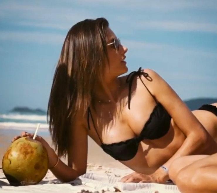 Алессандра Амбросио показывает пышную грудь