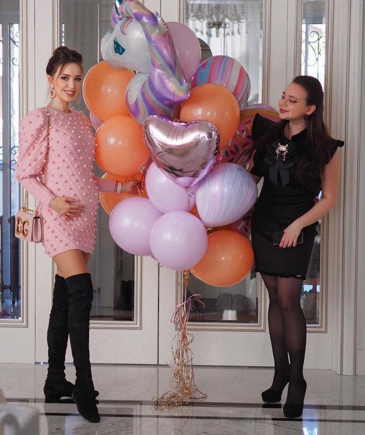 Анастасия Костенко показывает подросший животик надне рождения подруги
