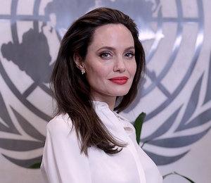 Прекрасна — спору нет! Учимся носить песочную накидку как у Анджелины Джоли