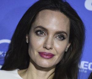 Какая женщина! Анджелина Джоли вышла в свет в белом платье Ulyana Seregeenko