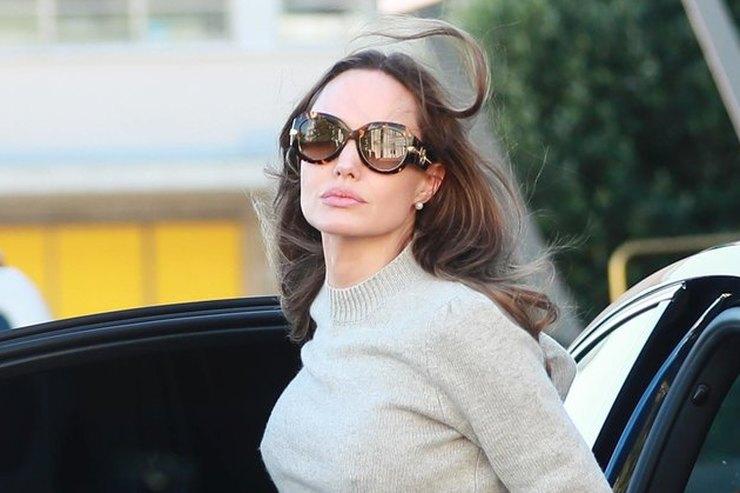 Анджелина Джоли показала, как сделать офисный дресс-код более женственным