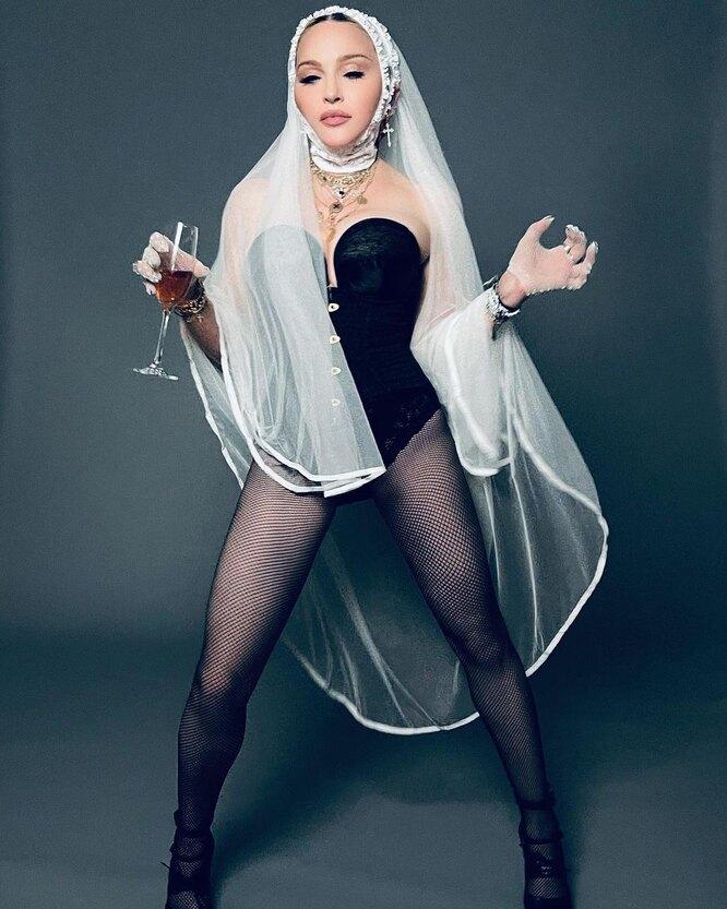 Мадонна в корсете