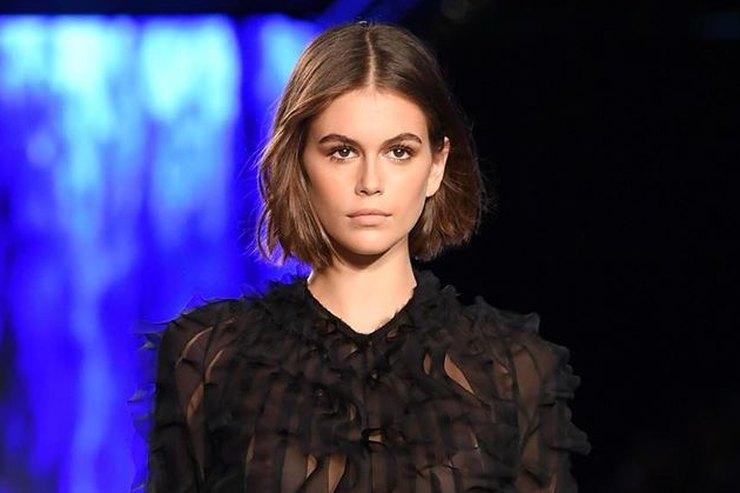 Кайя Гербер впрозрачном черном платье соборками открыла показ вМилане
