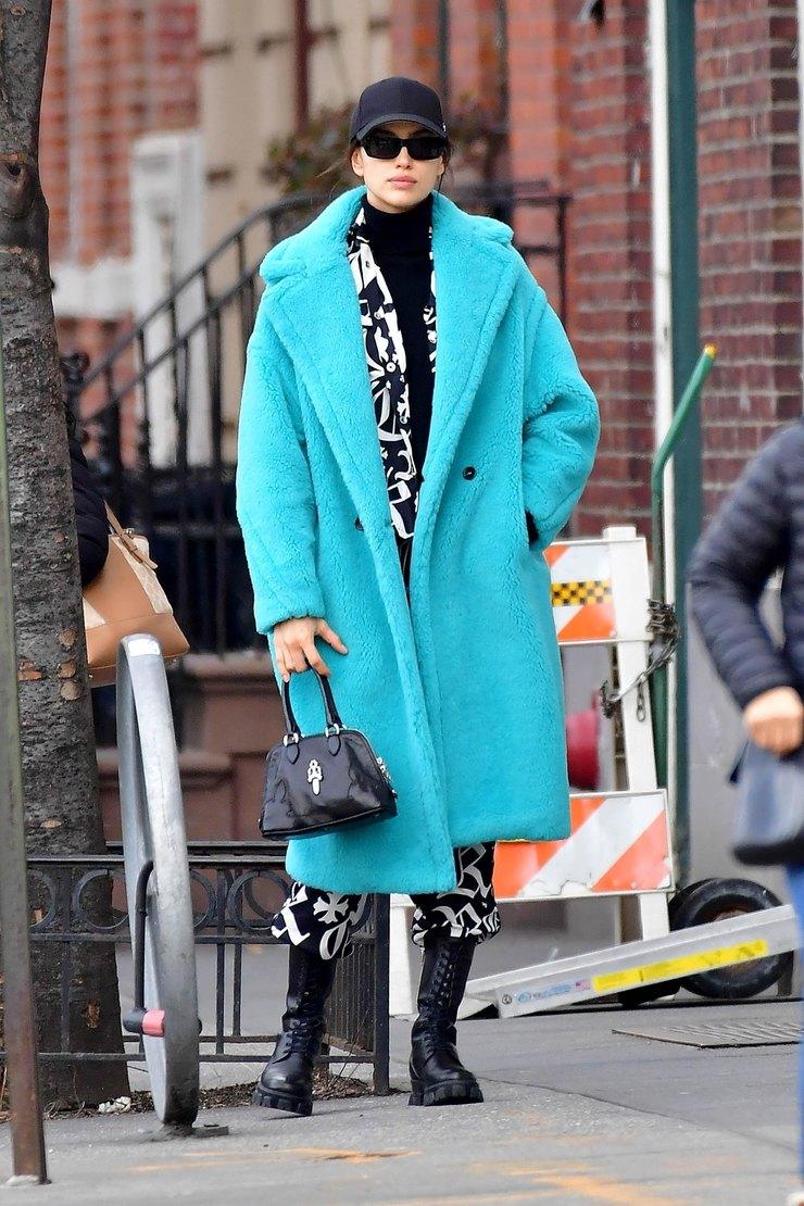 Ирина Шейк вышла всвет вголубом меховом пальто