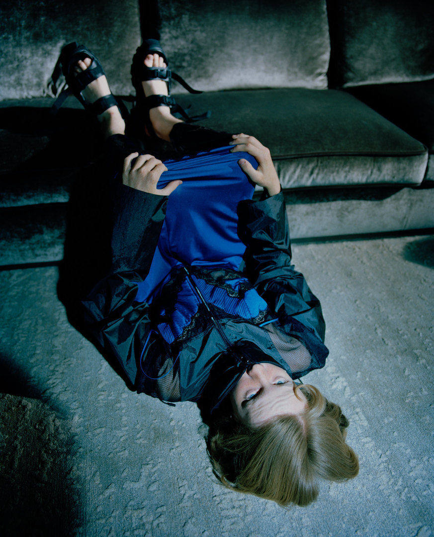 Платье Maison Margiela, брюки Vfiles, сандалии Rick Owens.  B&B Italia, диван Solatium Jan Kath, ковер Ferrara Stomped