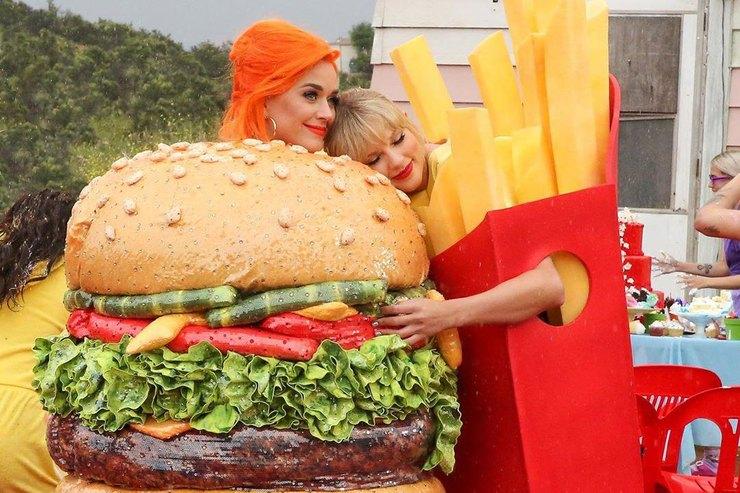 Кэти Перри иТейлор Свифт позировали вкостюмах бургера икартофеля фри