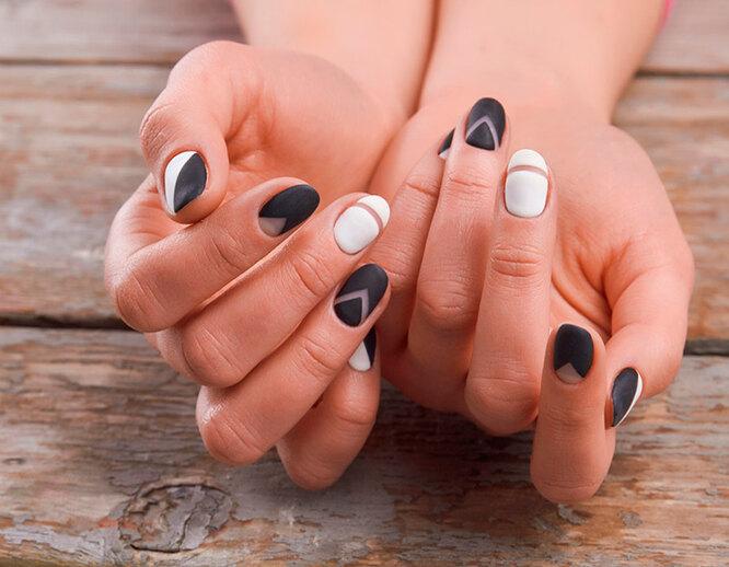 Невероятно стильно выглядит чёрно-белый дизайн ногтей negative space