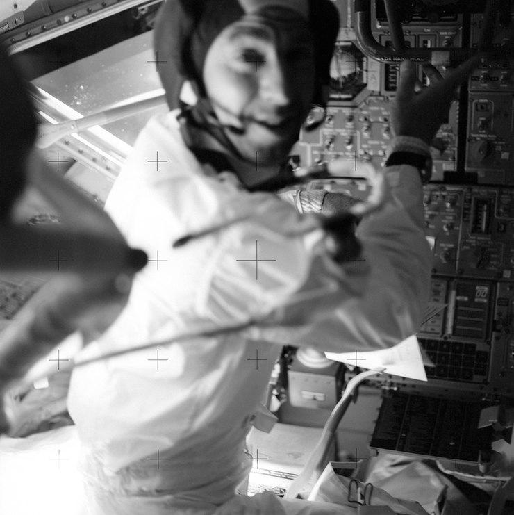 Астронавт Джеймс Ловелл влунном модуле корабля